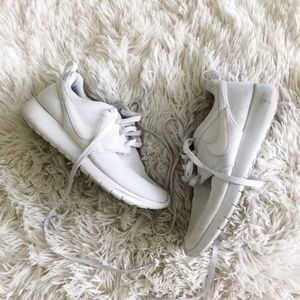 NIKE YOUTH white roche sneakers